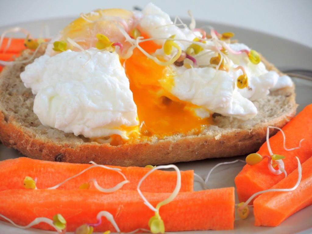 bułka z jajkiem po benedyktyńsku i marchewką