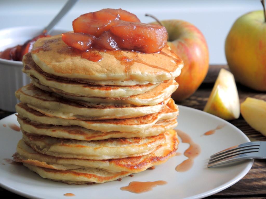 jabłkowe pancakes z syropem winno-Jabłkowym
