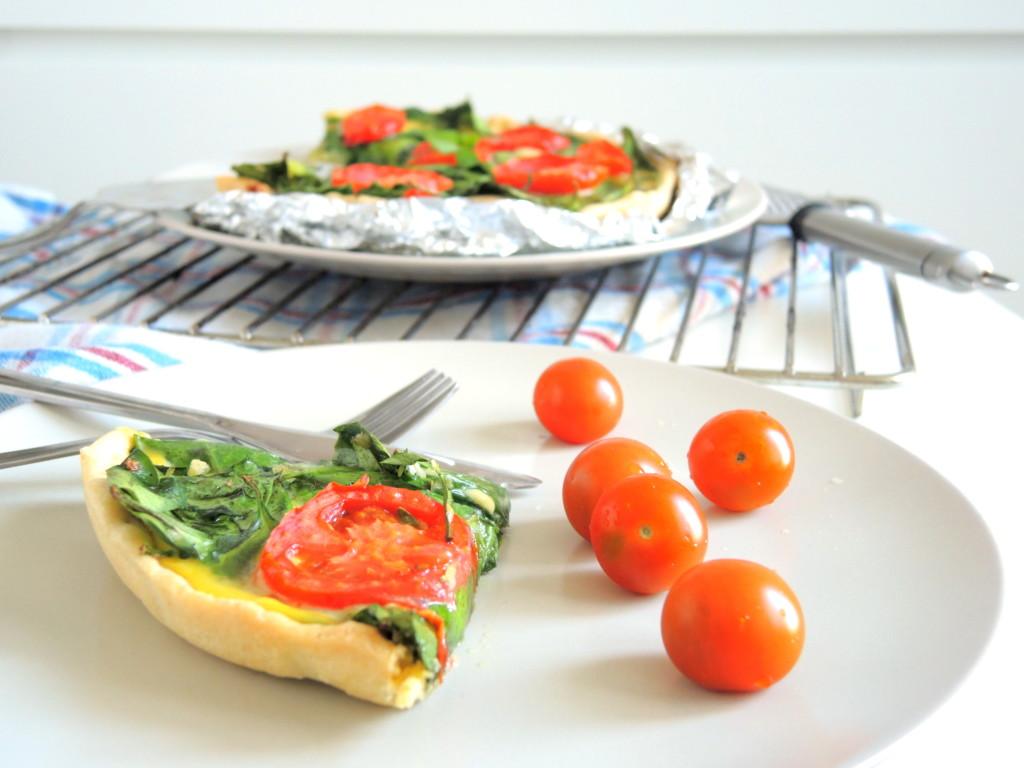 quiche z mozzarellą, szpinakiem i pomidorami