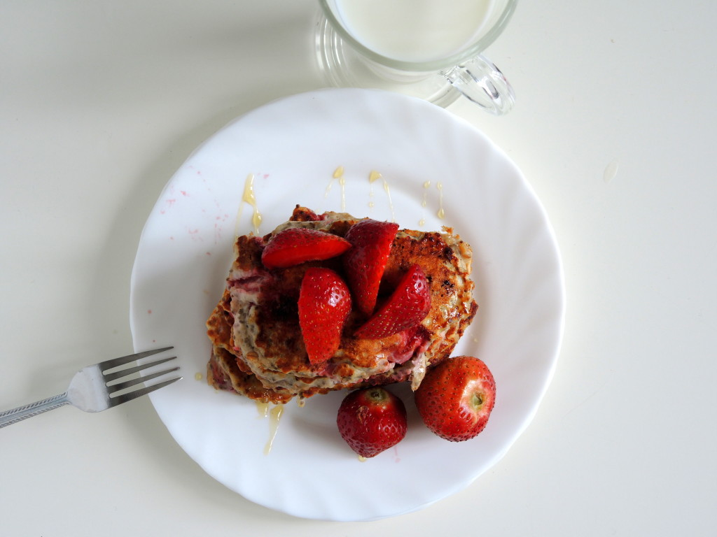 fit bananowe pancakes z truskawkami