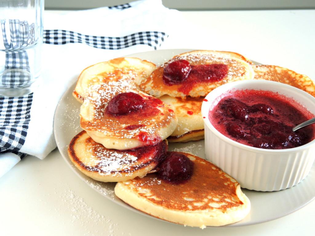 maślane pancakes z sosem truskawkowym