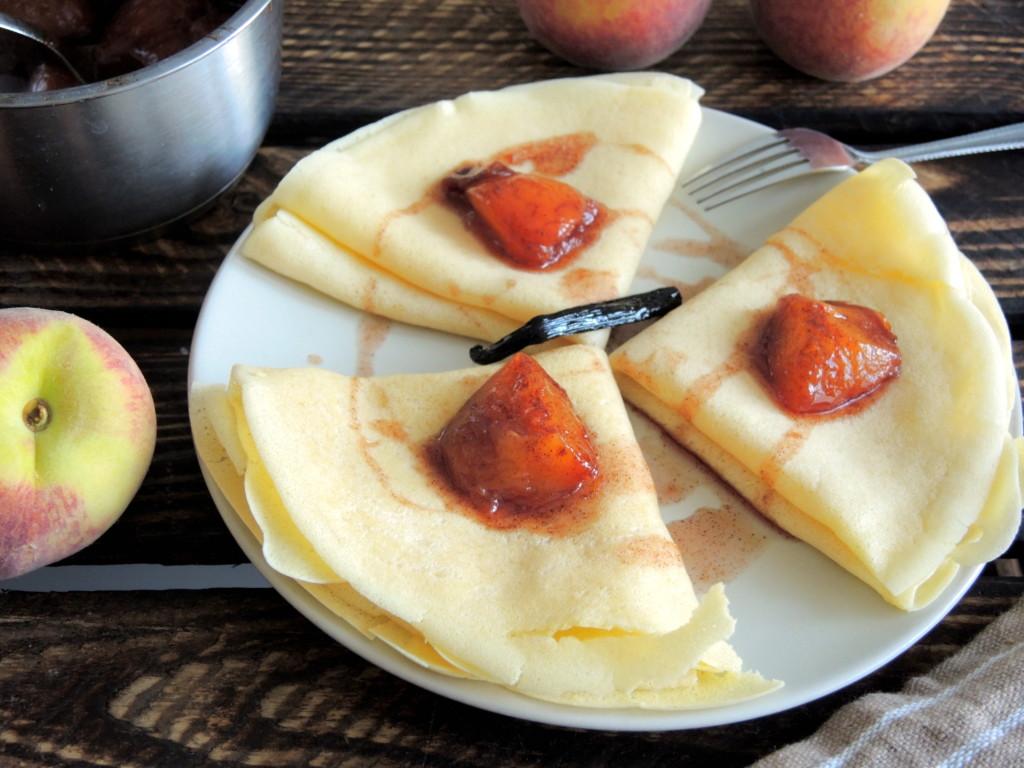 naleśniki z aromatycznymi karmelizowanymi brzoskwiniami