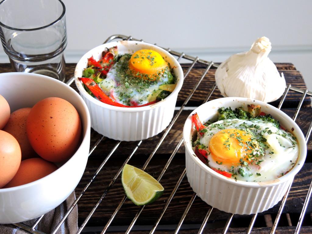 zapiekane jajka z warzywami i mozzarellą