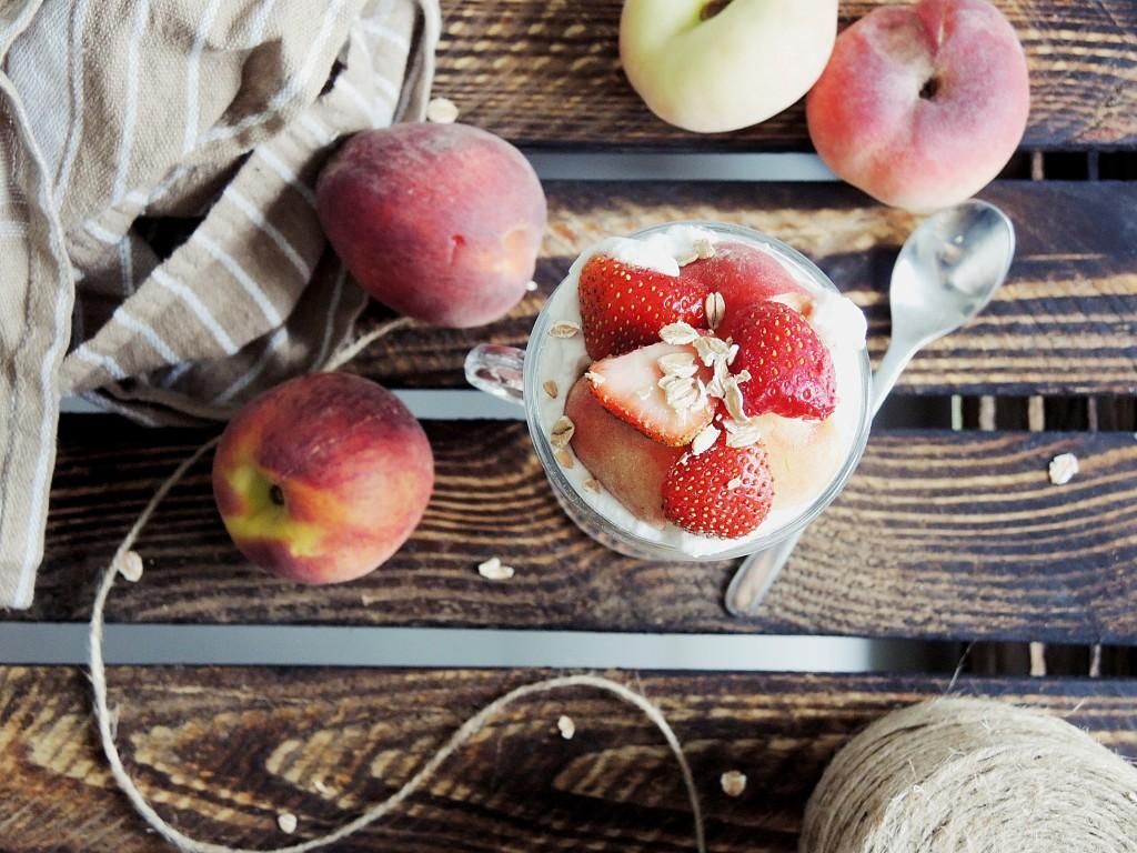 truskawkowo-brzoskwiniowy fit deser