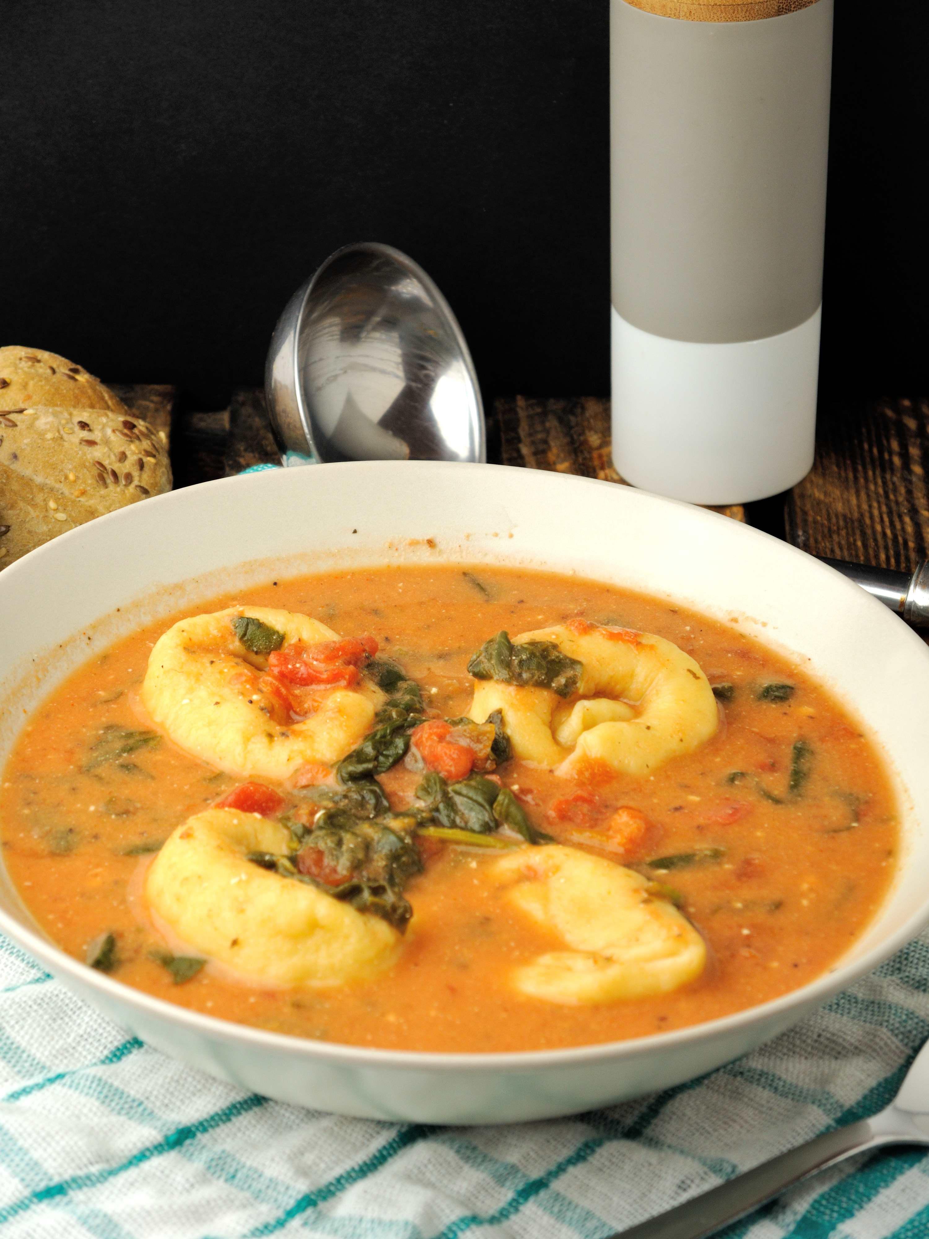 Kremowa Zupa Pomidorowa ze Szpinakiem i Tortellini