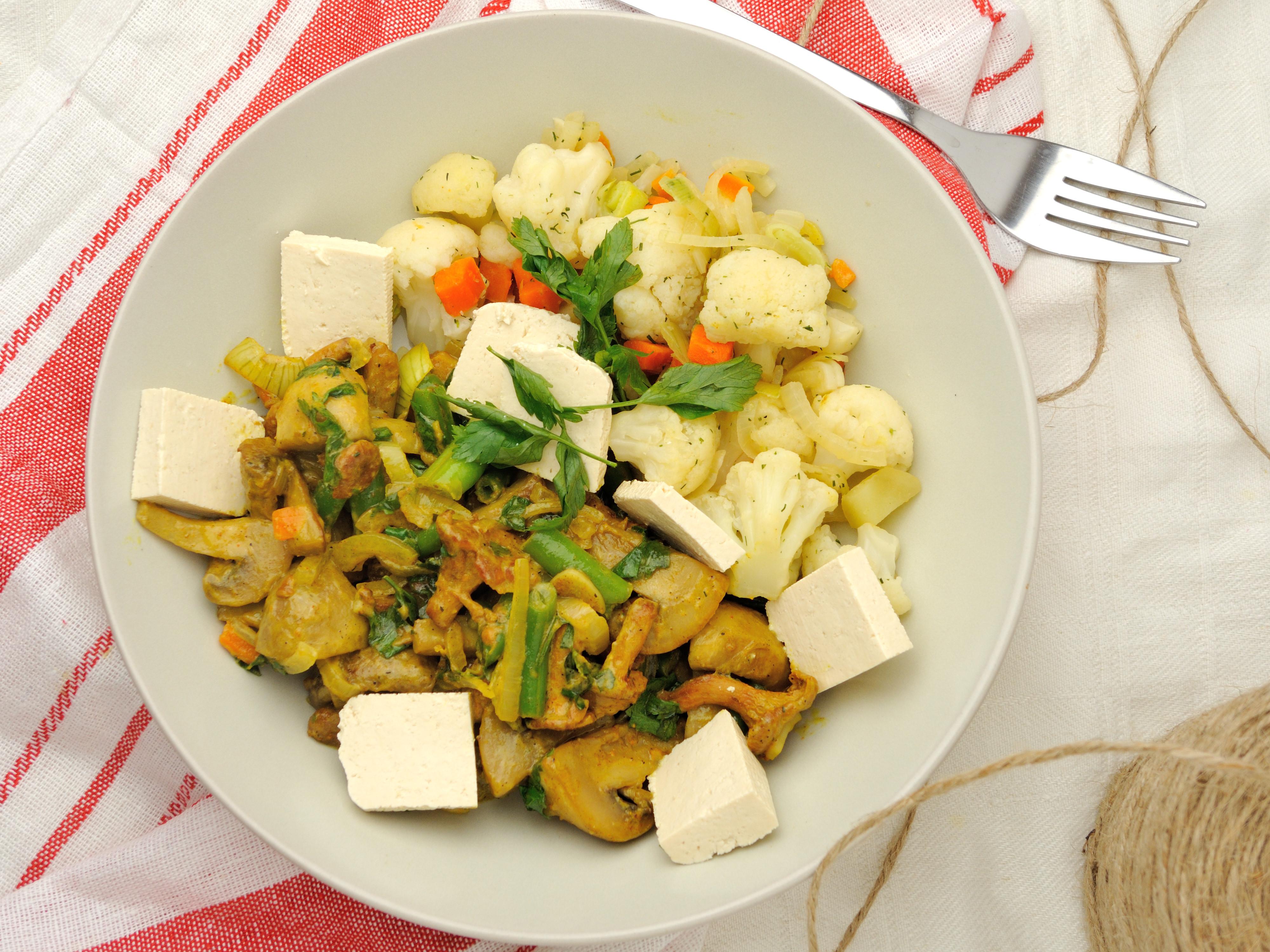 Wegańskie curry z tofu, grzybami i warzywami