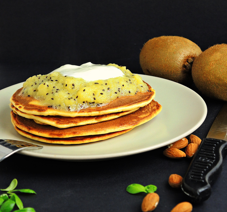 Maślane pankejki z sosem kiwi