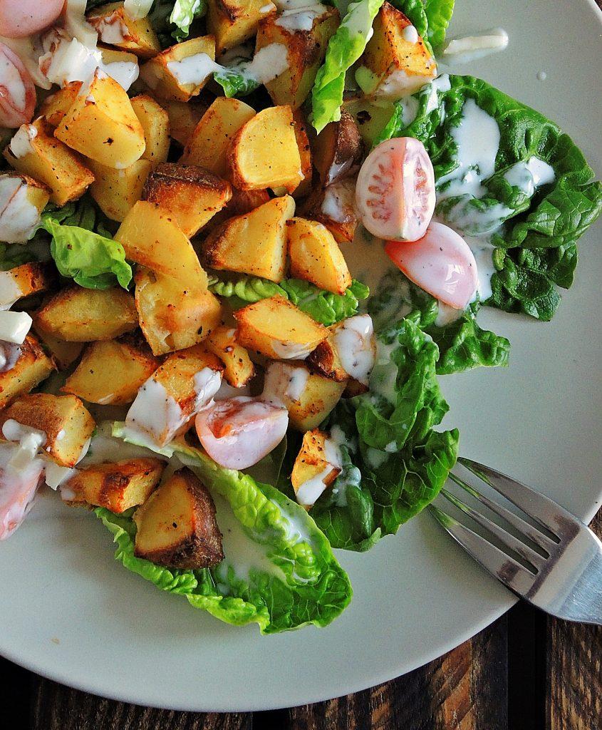 sałatka z paprykowymi ziemniakami