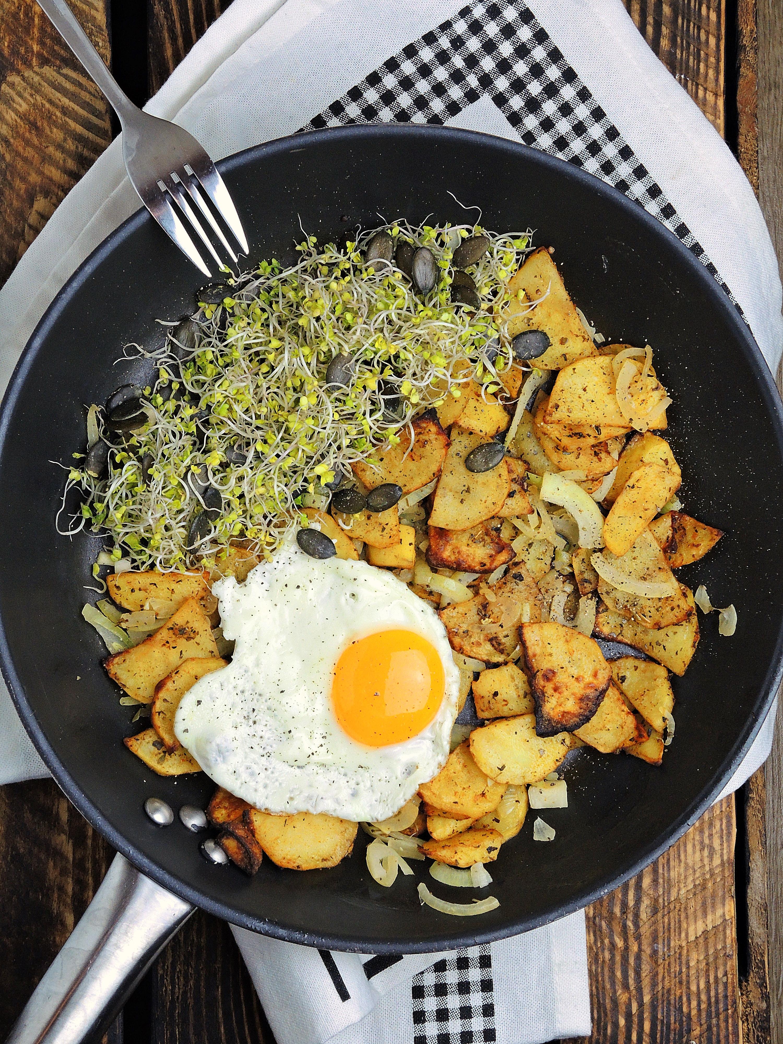 Pieczone ziemniaczki z sadzonym jajkiem