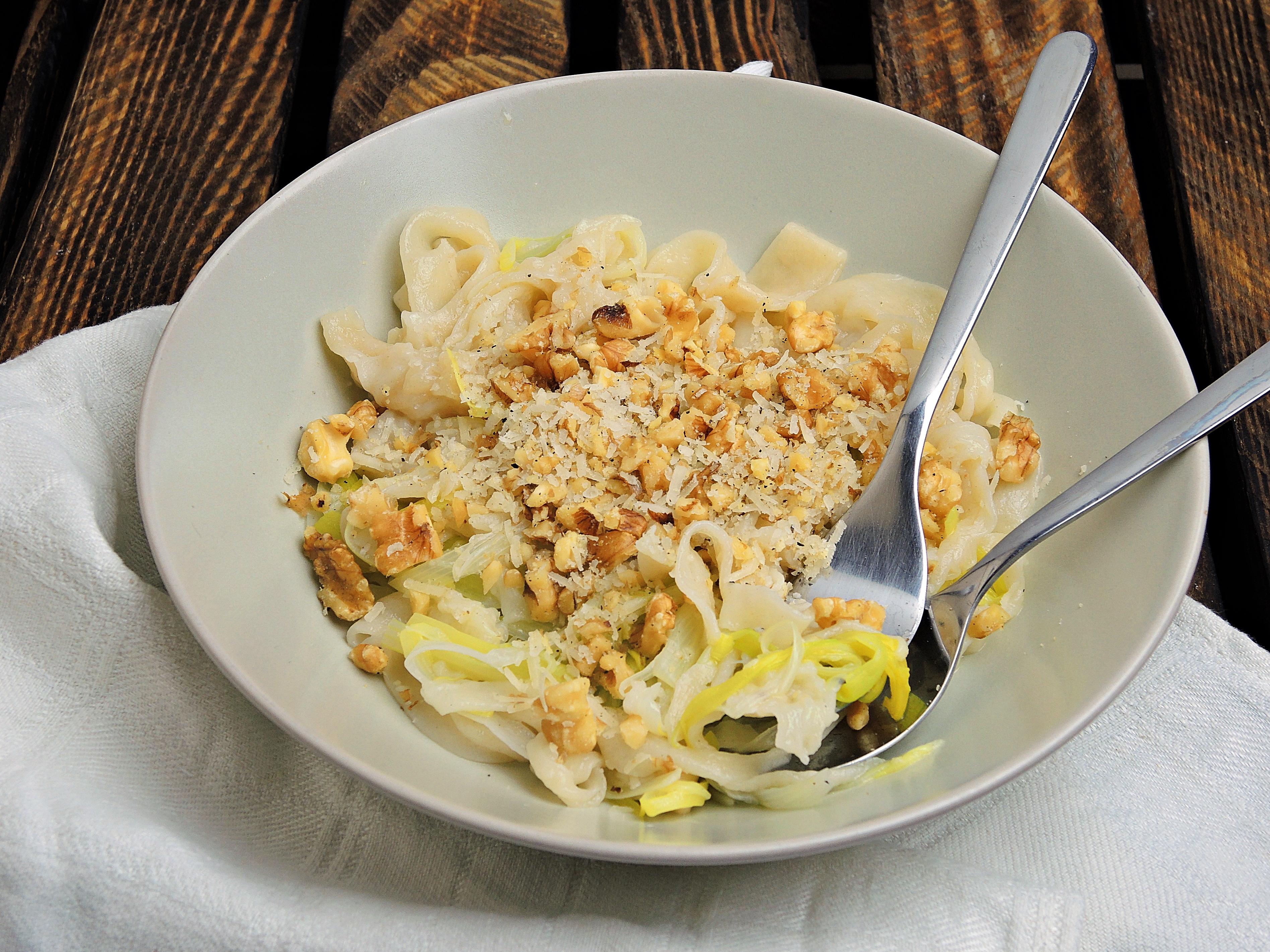 Domowy makaron z porem i posypką z orzechów włoskich