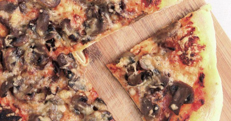 Pieczarkowa pizza z pomidorowym pesto