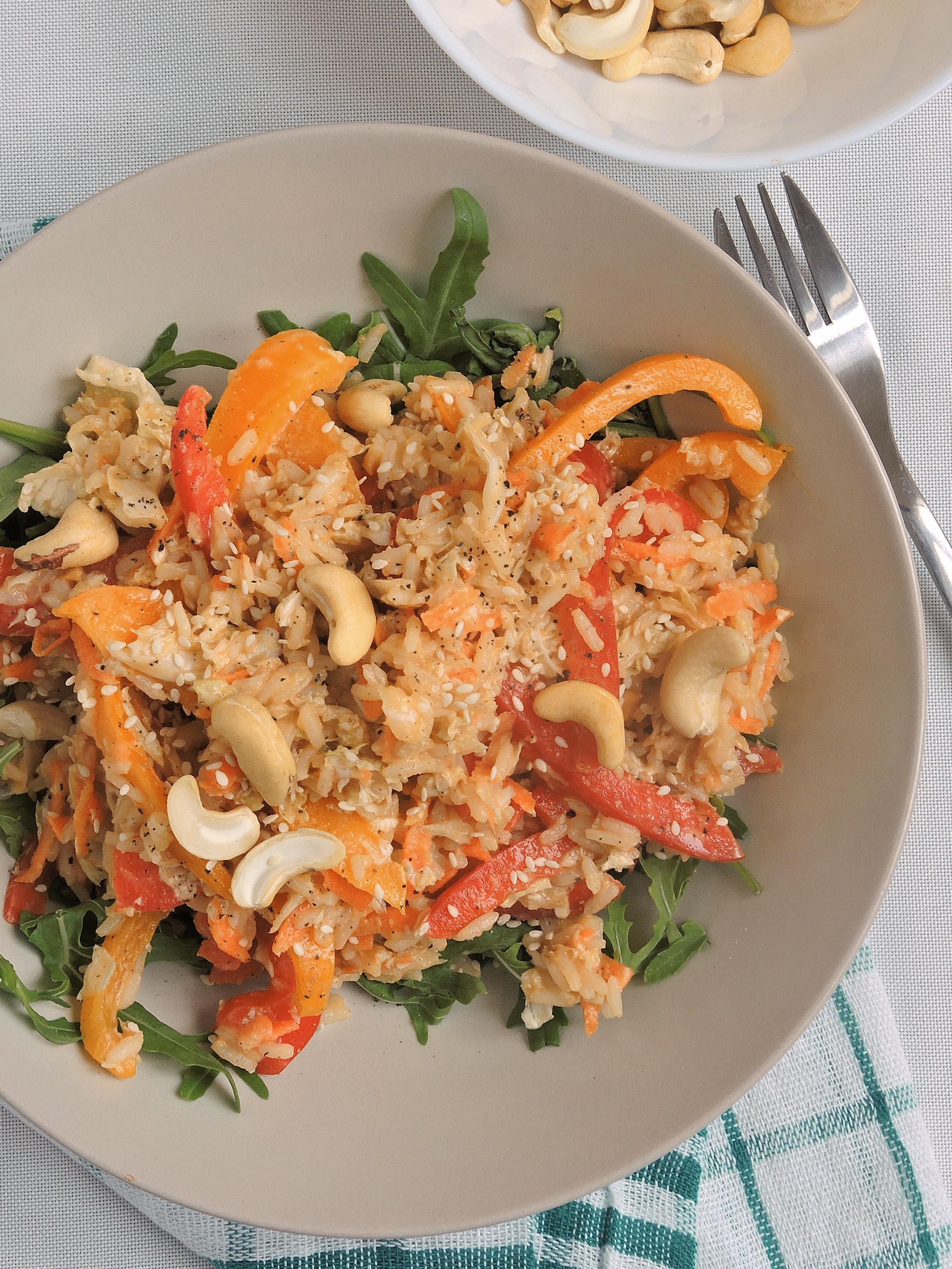 Ryżowa sałatka azjatycka z nerkowcami i sosem orzechowym