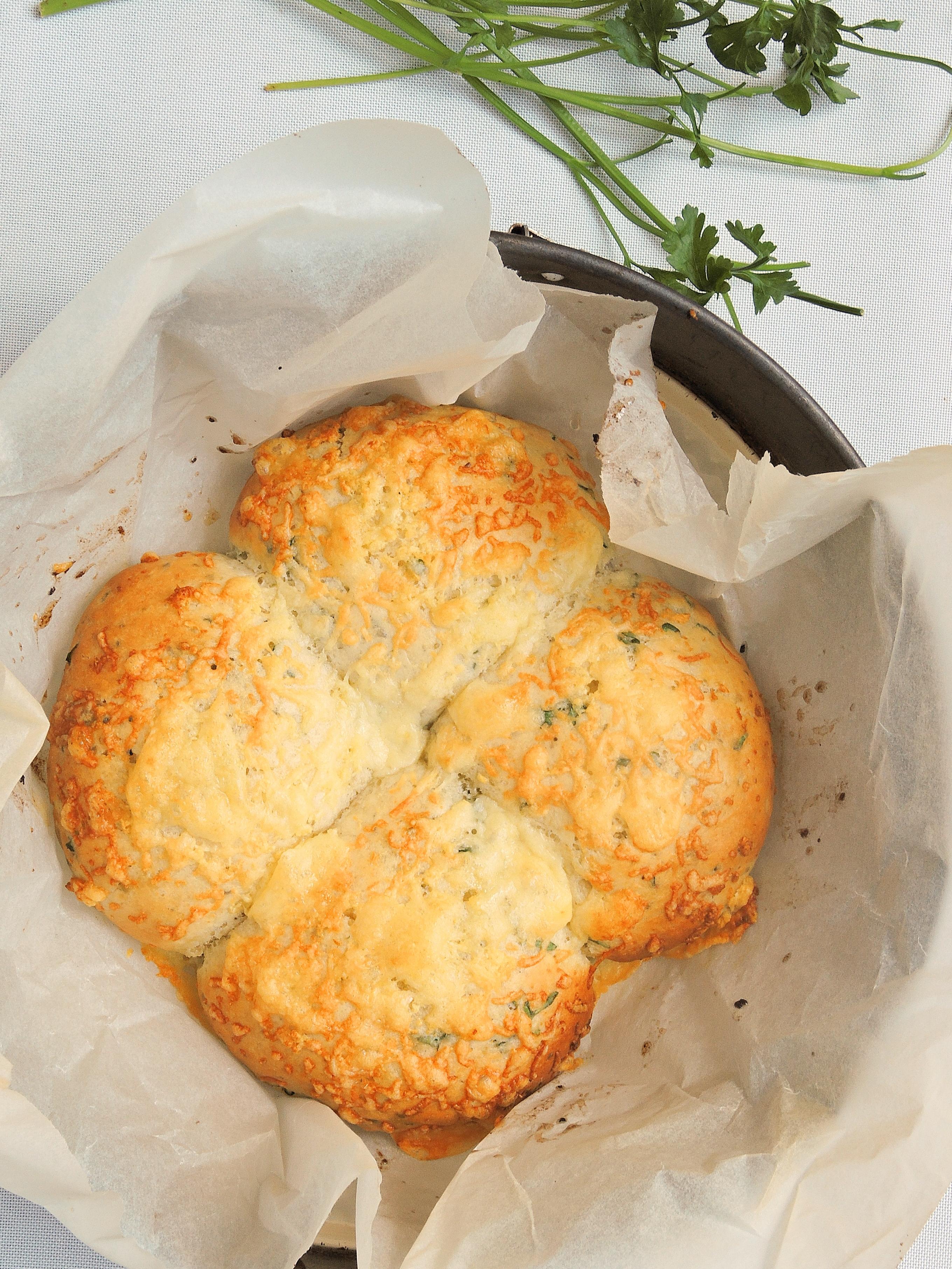 Ziołowo-czosnkowe bułeczki z serem cheddar