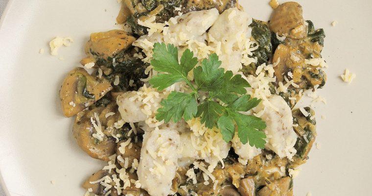 Ziemniaczane gnocchi z chia na kremowym sosie grzybowo-szpinakowym