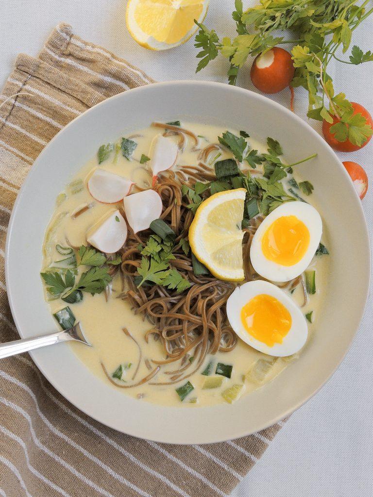 zupa z makaronem soba w tajskim stylu
