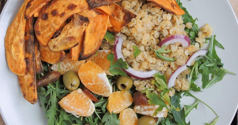 Sałatka z soczewicy, rukoli, pomarańczy i daktyli