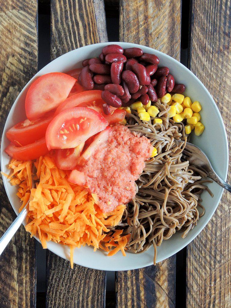 Wegańska sałatka noodle w 10 minut
