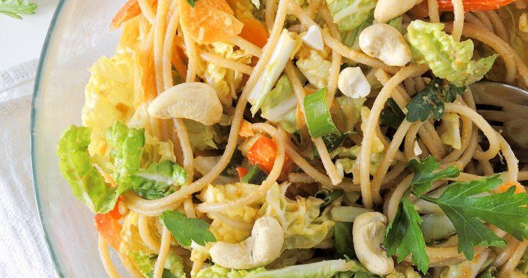 Makaronowa sałatka z sosem orzechowym