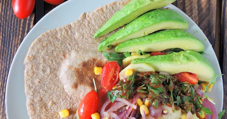 Letnia pełnoziarnista tortilla z warzywami