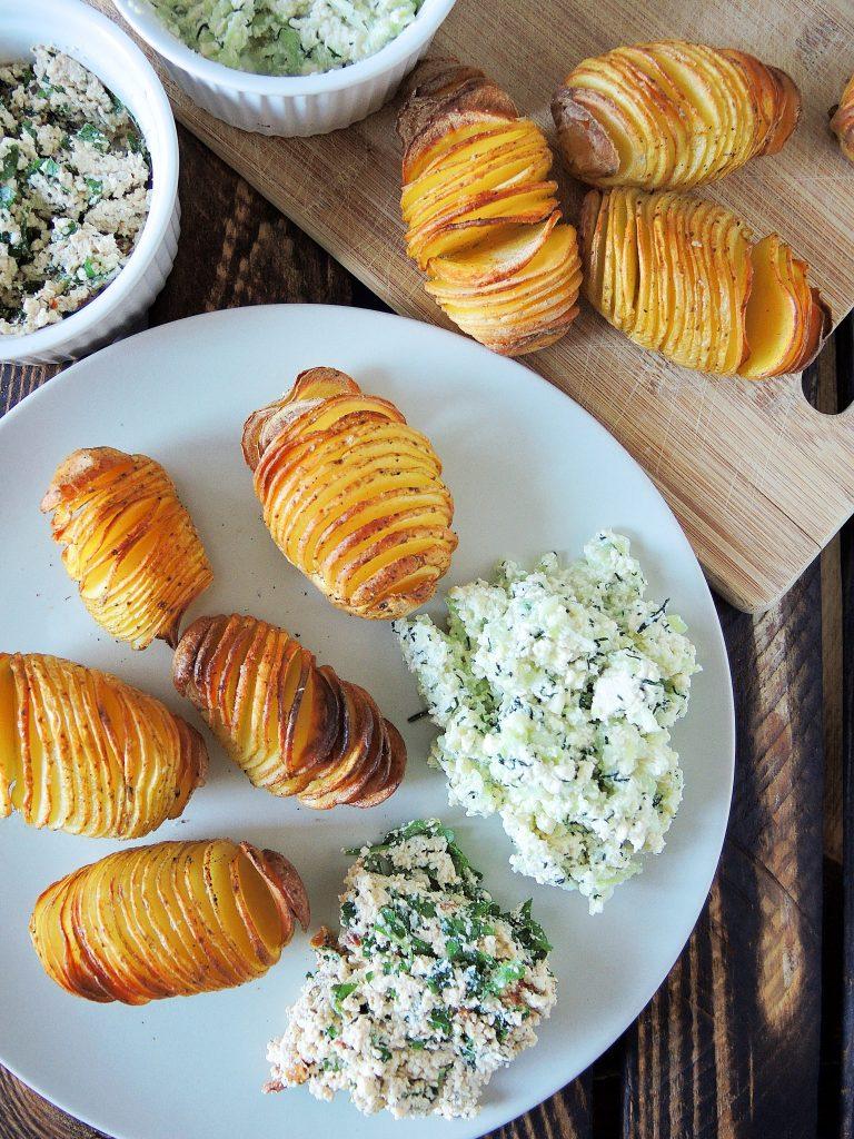 Ziemniaki Hasselback z wegańskimi dipami w dwóch wersjach