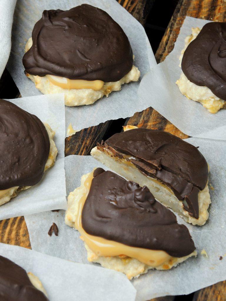 Wegańskie bananowe ciasteczka z karmelem i czekoladą