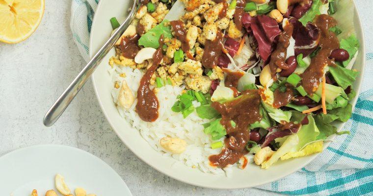 Wegańska sałatka po azjatycku z wędzonym tofu