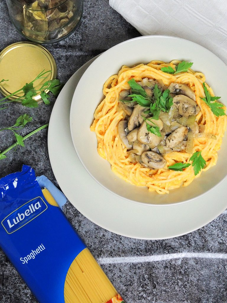 Wegańskie spaghetti dyniowe z aromatycznymi grzybami