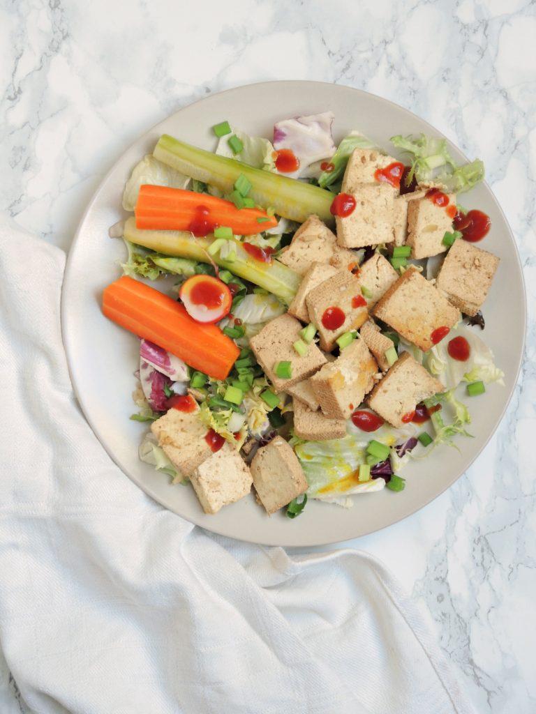 Tofu z marynowanymi warzywami na szybko