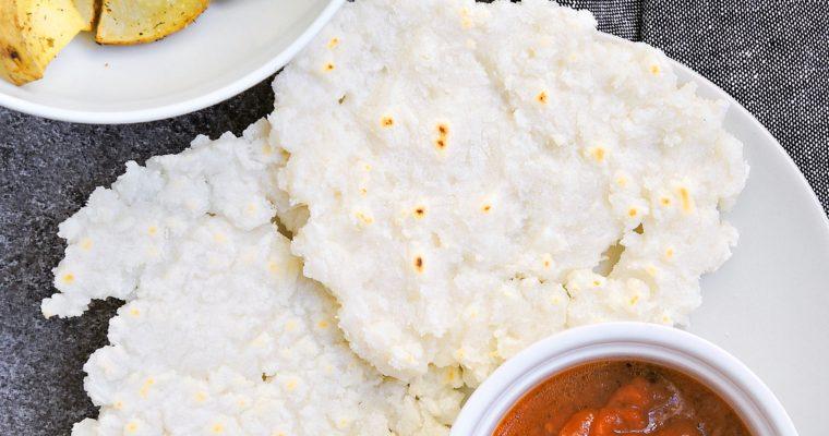 Ryżowe placki Akki Rotti z pomidorowym sosem