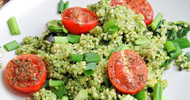 Sałatka z komosą ryżową w rzodkiewkowym pesto i pomidorkami