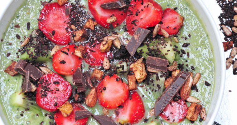 Zielone smoothie z czekoladą i chrupiącymi dodatkami