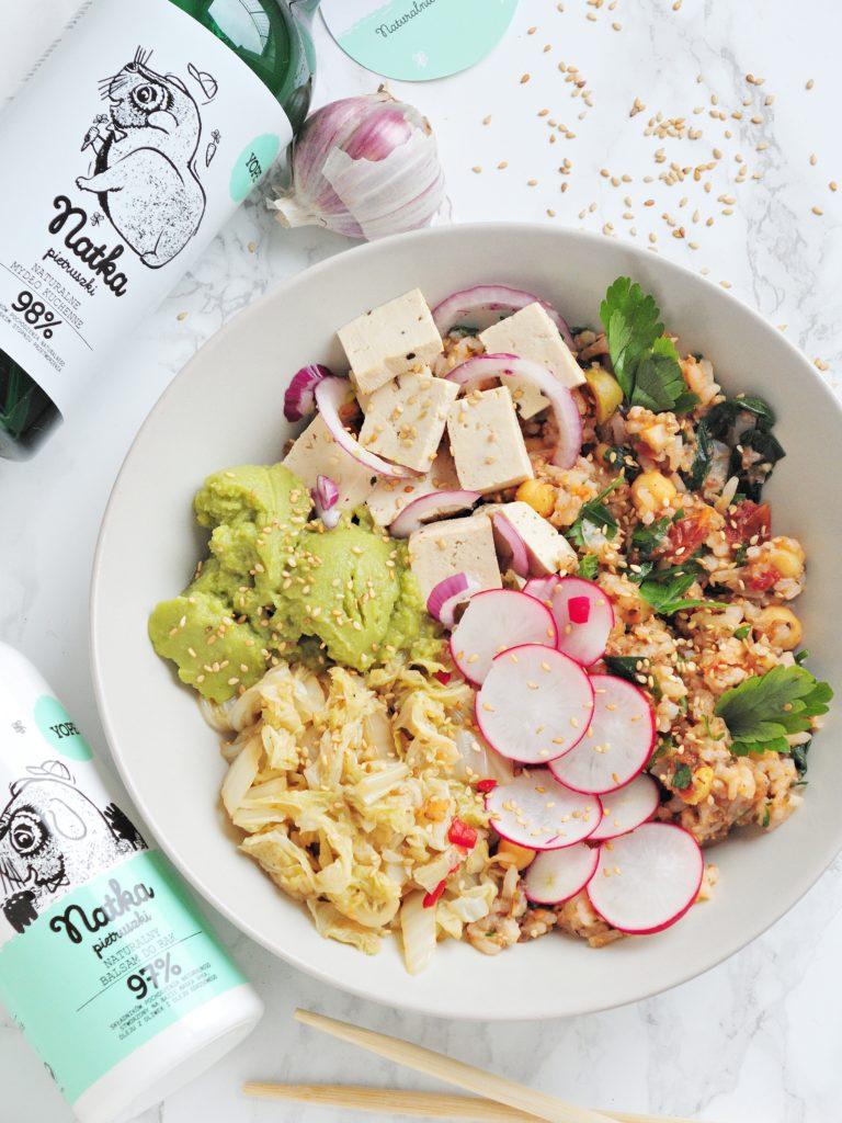 Poke bowl z kimchi i tofu