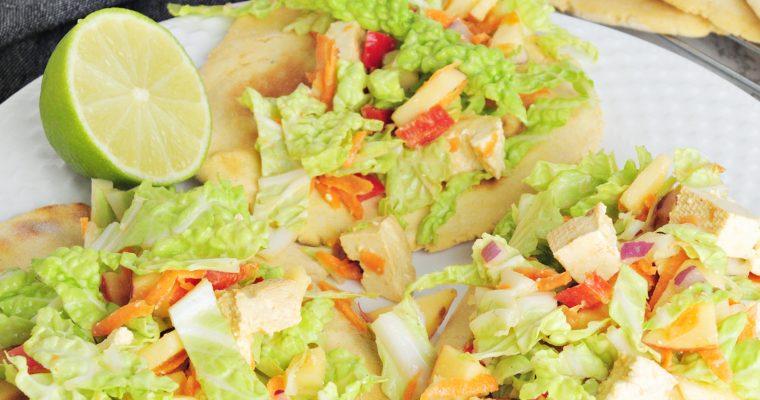 Domowe ciecierzycowe tacos z tofu, jabłkiem i marchewką