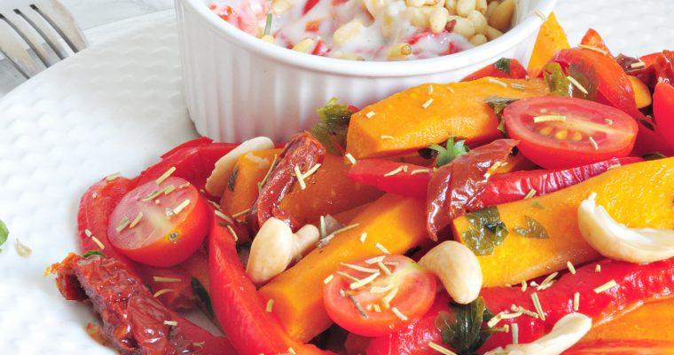 Duszone warzywa z sosem jogurtem i orzeszkami pini