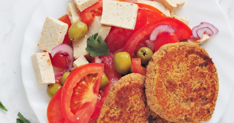 Sałatka z tofu, pomidorem i kotlecikami
