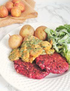 Kotleciki z ziemniaczkami i sosem marchewkowym