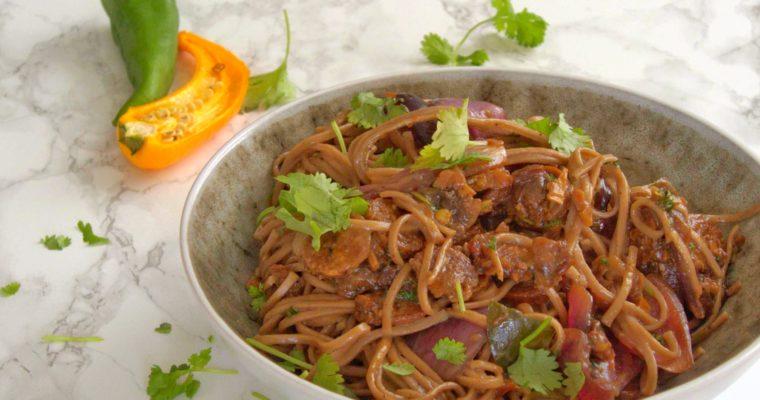 Smażone warzywa i roślinne kiełbaski z makaronem soba