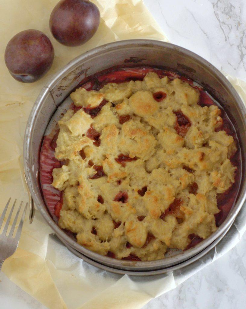 Pieczone śliwki pod wegańską kruszonką