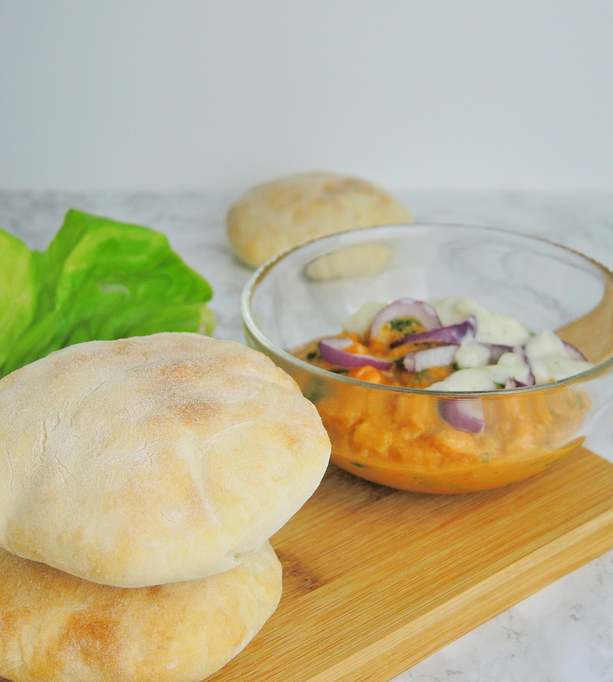 Domowe chlebki pita z gulaszem ze słodkich ziemniaków