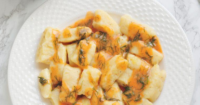 Kopytka w sosie pomidorowo-paprykowym z koperkiem