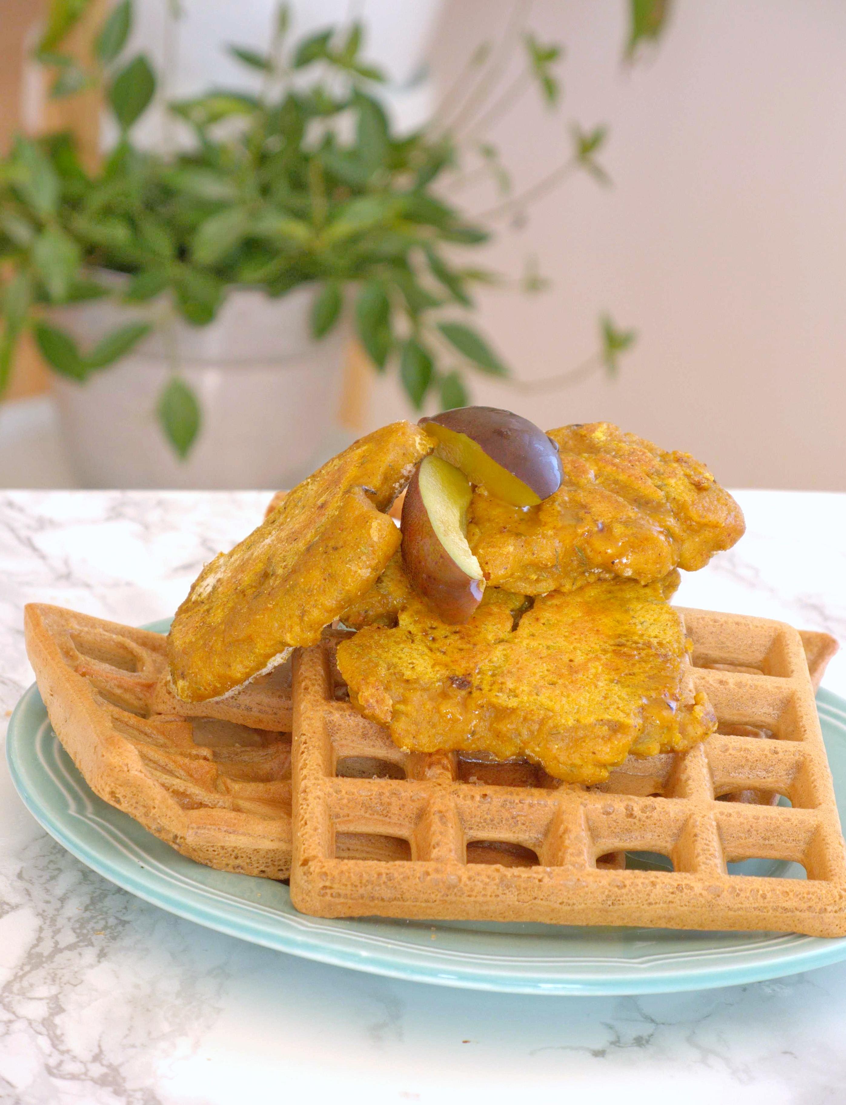 Gofry z wegańskim kurczakiem, śliwkami i syropem klonowym