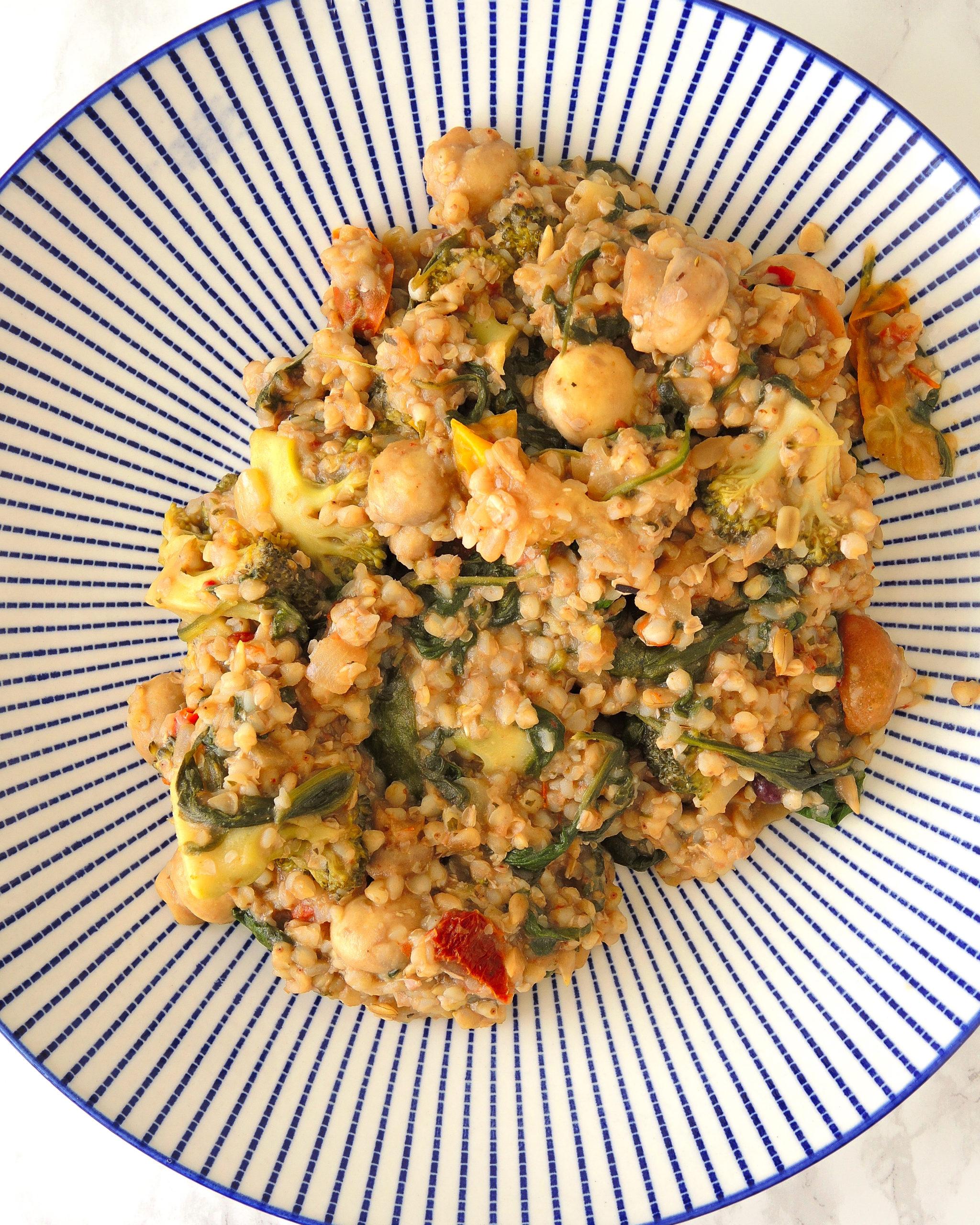 stir-fry z kaszę gryczaną, warzywami i sosem sezamowym